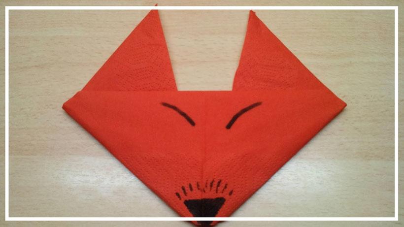 Tischdekoration Servietten falten Fuchskopf. Deko leicht und einfach DIY Tier Servietten falten für Kinder.