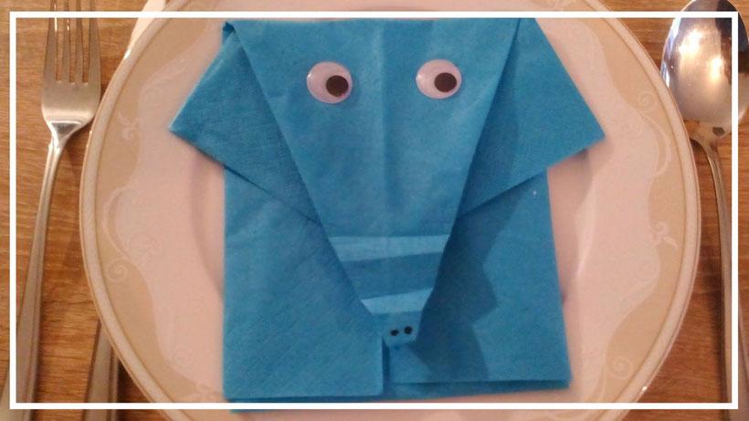 Tischdekoration Servietten falten Elefant. Deko leicht und einfach DIY Tier Servietten falten für Kinder. Anleitung für Anfänger.