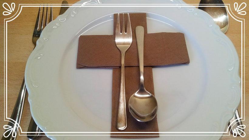 Servietten falten Kreuz