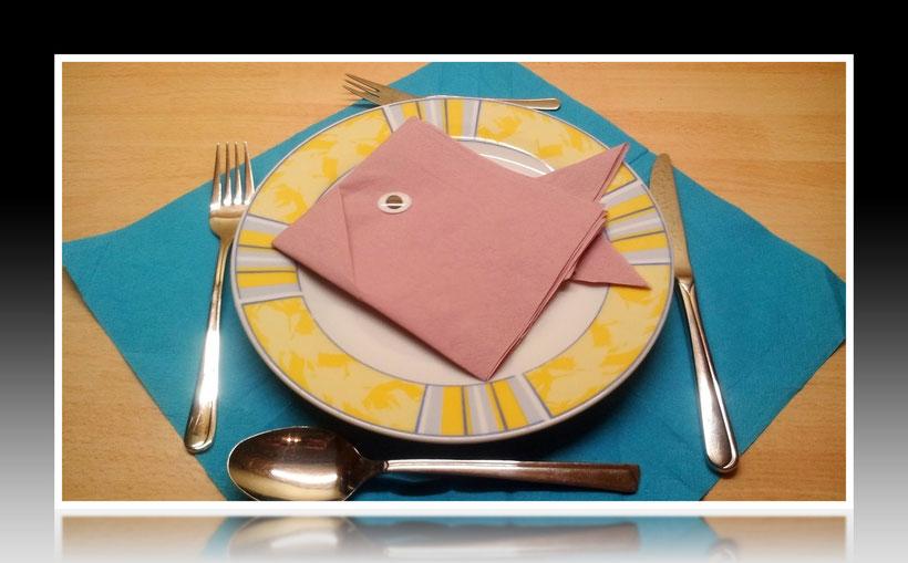 Tischdekoration Servietten falten Fisch für Geburtstag und Weihnachten. Deko leicht und einfach DIY Geburtstagsdeko Servietten falten für ein  Dinner. Anleitung für einen Fisch als Dekoration. Tolles Motiv selber basteln.