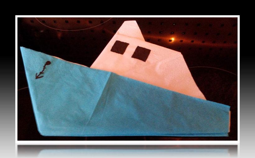 Tischdekoration Servietten falten Schnellboot für Kindergeburtstag. Deko leicht und einfach DIY Geburtstagdeko Servietten falten für Anfänger. Anleitung für ein Boot. Tolles Motiv selber basteln.