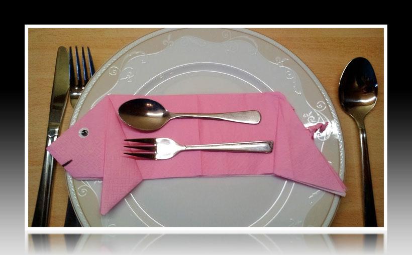 Tischdekoration Servietten falten Schwein für Geburtstag. Deko leicht und einfach DIY Geburtstagdeko Servietten falten für Anfänger. Anleitung für ein Glücksschwein für Silvester. Tolles Motiv selber basteln.