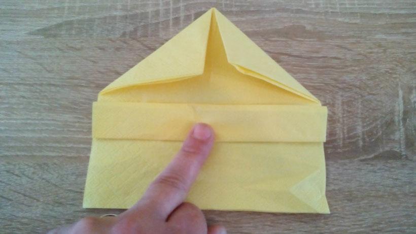 Tischdekoration Servietten falten Boot für Kindergeburtstag. Deko leicht und einfach DIY Geburtstagdeko Servietten falten für Anfänger. Anleitung für ein Schiff. Tolles Motiv selber basteln.