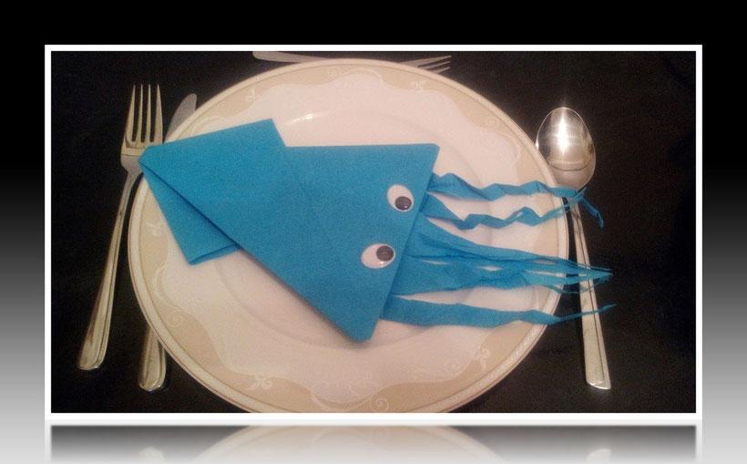 Tischdekoration Servietten falten Kalmar für Geburtstag und Feiern. Deko leicht und einfach DIY Geburtstagsdeko Servietten falten für Anfänger. Anleitung für ein Kalmar als Dekoration. Tolles Motiv selber basteln.
