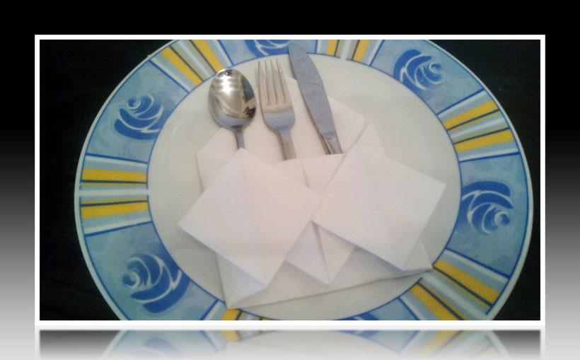 Tischdekoration Servietten falten Bestecktasche für Geburtstag und Weihnachten. Deko leicht und einfach DIY Geburtstagsdeko Servietten falten für Anfänger. Anleitung für eine Bestecktasche als Dekoration. Tolles Motiv selber basteln.