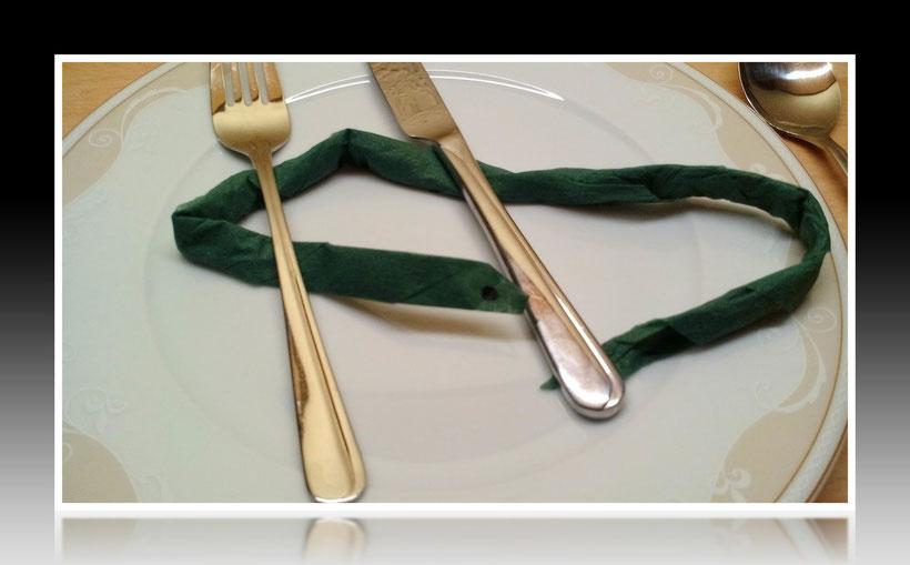 Tischdekoration Servietten falten Schlange für Geburtstag und Weihnachten. Deko leicht und einfach DIY Geburtstagsdeko Servietten falten für Kinder. Anleitung für eine einfache Schlange als Dekoration. Tolles Motiv selber basteln.