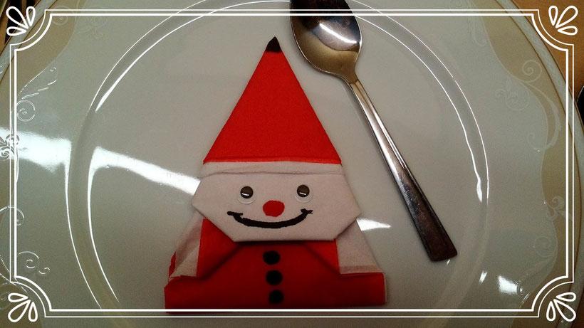 Tischdekoration Servietten falten Weihnachtsmann für Weihnachten. Deko leicht und einfach DIY Weihnachtsdeko Servietten falten für Anfänger. Anleitung für einen Wichtel oder Zwerg. Weihnachtself selber basteln.