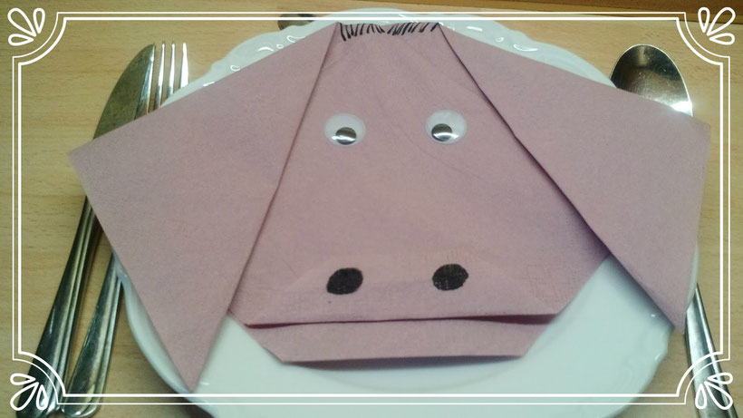 Tischdekoration Servietten falten Schweinekopf. Deko leicht und einfach DIY Tier für Kinder.