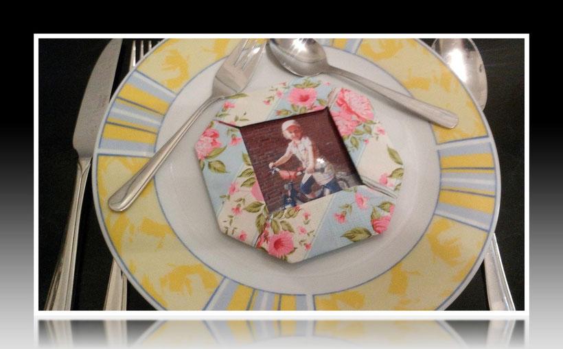 Tischdekoration Servietten falten Fotorahmen für Kindergeburtstag. Deko leicht und einfach DIY Geburtstagdeko Servietten falten für Anfänger. Anleitung für einen Bilderrahmen. Tolles Motiv selber basteln.