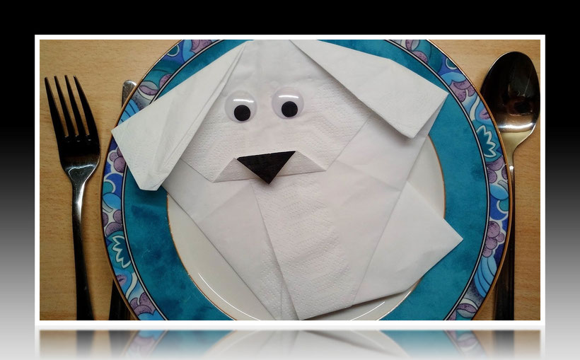 Tischdekoration Servietten falten Hund für Kindergeburtstag. Deko leicht und einfach DIY Geburtstagdeko Servietten falten für Anfänger. Anleitung für einen Hund. Tolles Motiv selber basteln.