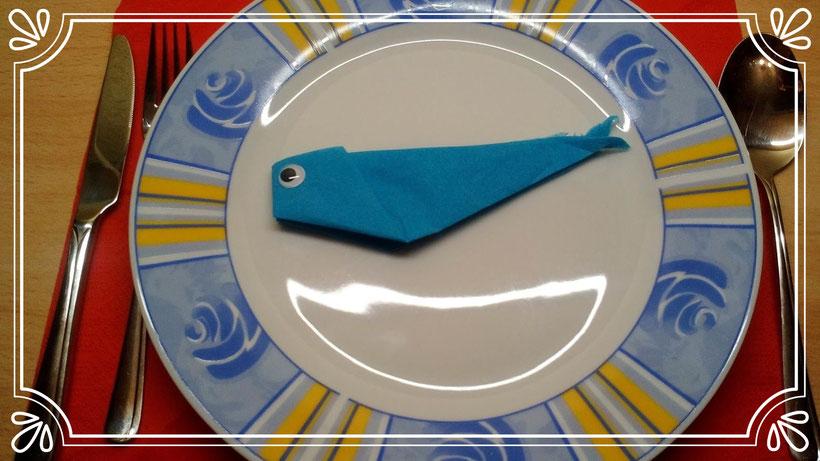 Tischdekoration Servietten falten Fisch. Deko leicht und einfach DIY Kindergeburtstag Servietten falten für Anfänger. Anleitung für einen niedlichen Fisch.