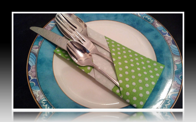 Tischdekoration Servietten falten hübsche Bestecktasche für Geburtstag und Weihnachten. Deko leicht und einfach DIY Geburtstagsdeko Servietten falten für Anfänger. Anleitung für eine Bestecktasche als Dekoration. Tolles Motiv selber basteln.