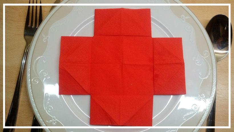 Servietten falten einfaches Kreuz