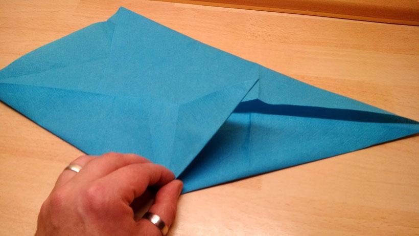 Tischdekoration Servietten falten Delphin für Geburtstag und Weihnachten. Deko leicht und einfach DIY Geburtstagsdeko Servietten falten für ein  Dinner. Anleitung für einen Fisch als Dekoration. Tolles Motiv selber basteln.