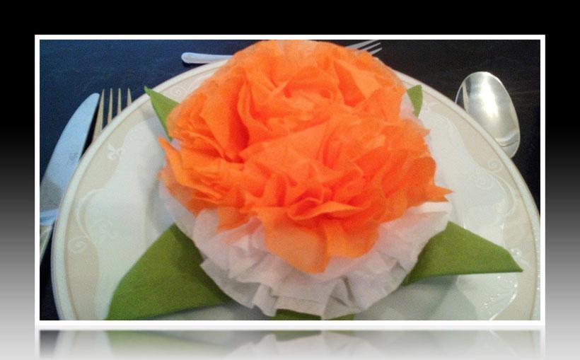Tischdekoration Servietten falten Blatt für Geburtstag und Weihnachten. Deko leicht und einfach DIY Geburtstagsdeko Servietten falten für ein Dinner. Anleitung für ein Blatt als Dekoration. Tolles Motiv selber basteln.