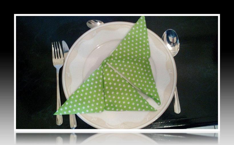 Tischdekoration Servietten falten Schmetterling für Geburtstag und Weihnachten. Deko leicht und einfach DIY Geburtstagsdeko Servietten falten für ein Dinner. Anleitung für einen butterfly als Dekoration. Tolles Motiv selber basteln.