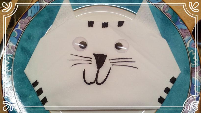 Tischdekoration Servietten falten Katzenkopf. Deko leicht und einfach DIY Tier Servietten falten für Kinder. Anleitung für Anfänger.