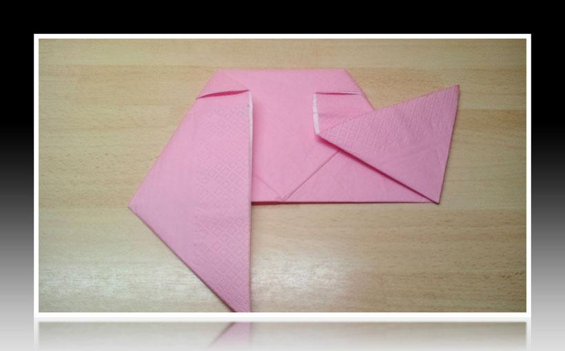 Tischdekoration Servietten falten Vogel für Kindergeburtstag. Deko leicht und einfach DIY Geburtstagdeko Servietten falten für Anfänger. Anleitung für einen Vogel. Tolles Motiv selber basteln.