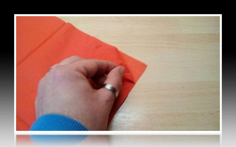 Tischdekoration Servietten falten Fuchs für Geburtstag. Deko leicht und einfach DIY Geburtstagdeko Servietten falten für Anfänger. Anleitung für einen Fuchs als Dekoration. Tolles Motiv selber basteln.