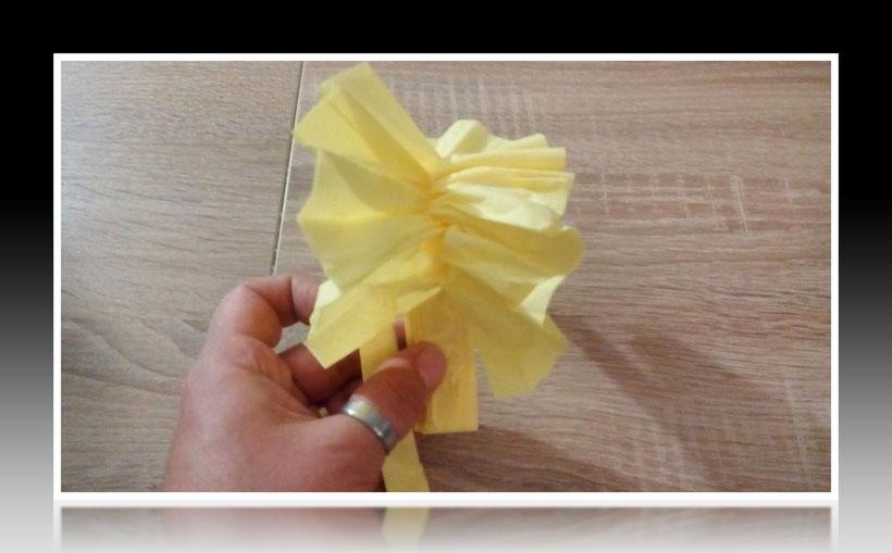 Tischdekoration Servietten falten Dahlienblüte für Geburtstag und Weihnachten. Deko leicht und einfach DIY Geburtstagsdeko Servietten falten für ein Dinner. Anleitung für eine Dahlie Blume als Dekoration. Tolles Motiv selber basteln.