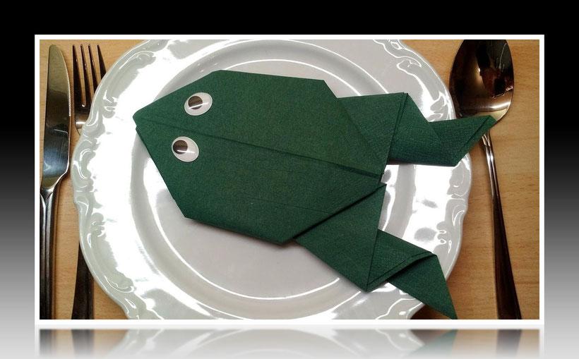 Tischdekoration Servietten falten Frosch für Geburtstag und Weihnachten. Deko leicht und einfach DIY Geburtstagsdeko Servietten falten für ein Dinner. Anleitung für einen Frosch als Dekoration. Tolles Motiv selber basteln.