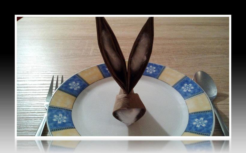 Tischdekoration Servietten falten Osterhase für Ostern Geburtstag und Weihnachten. Deko leicht und einfach DIY Geburtstagsdeko Servietten falten für ein  Dinner. Anleitung für einen Hasen als Dekoration. Tolles Motiv selber basteln für Ostern