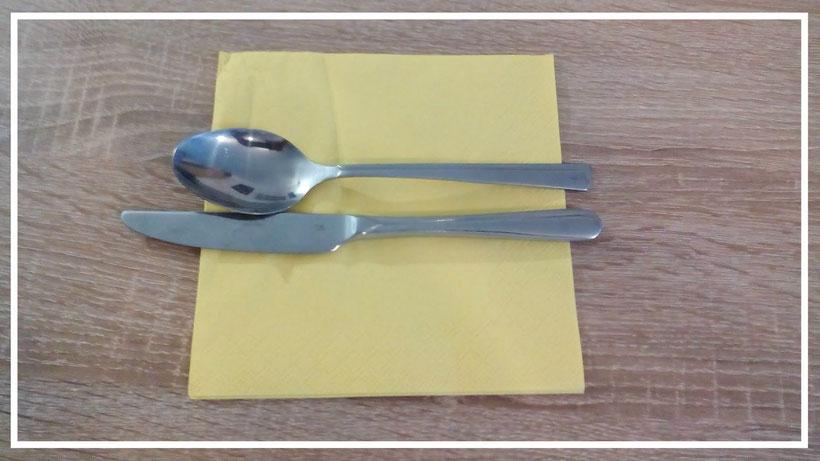 Tischdekoration Servietten falten Bestecktasche im Fliegen-Look. Deko leicht und einfach DIY Geburtstagdeko Servietten falten für Anfänger. Anleitung Bestecktasche. Tolles Motiv zum selber basteln.