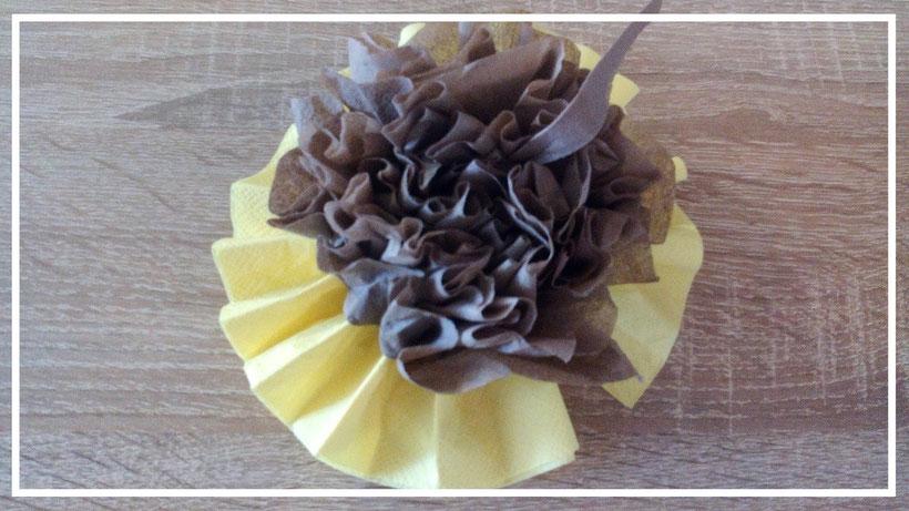Servietten falten Sonnenblumenblüte