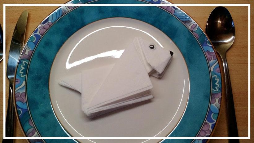 Tischdekoration Servietten falten Hund. Deko leicht und einfach DIY Kindergeburtstag Servietten falten für Anfänger. Anleitung für einen niedlichen Hund.