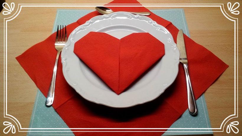 Servietten falten Herz