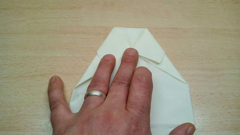 Tischdekoration Servietten falten Hemd für Geburtstag und Hochzeit. Deko leicht und einfach DIY Geburtstagdeko Servietten falten für Anfänger. Anleitung für eine Hemd als Dekoration. Tolles Motiv selber basteln.