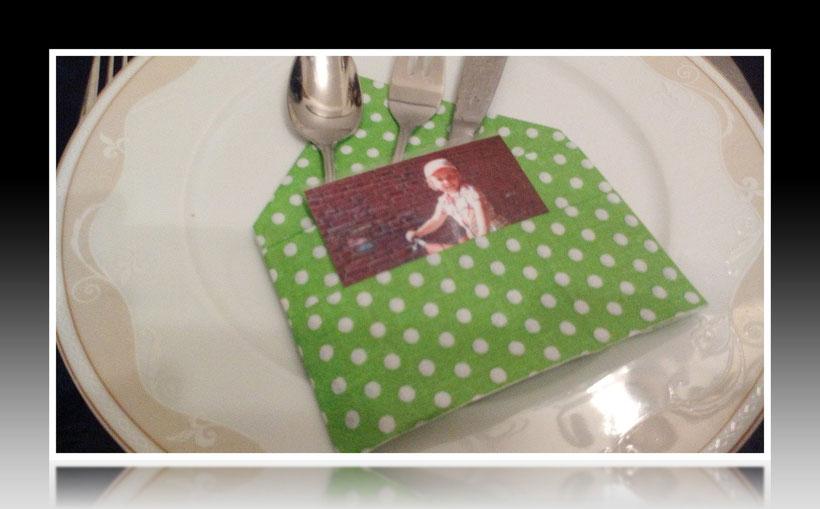 Tischdekoration Servietten falten schöne Bestecktasche für Geburtstag und Weihnachten. Deko leicht und einfach DIY Geburtstagsdeko Servietten falten für Anfänger. Anleitung für eine Bestecktasche als Dekoration. Tolles Motiv selber basteln.