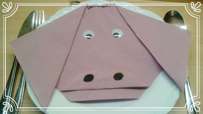 Tischdekoration Servietten falten Schweinekopf. Deko leicht und einfach DIY Tier Servietten falten für Kinder.