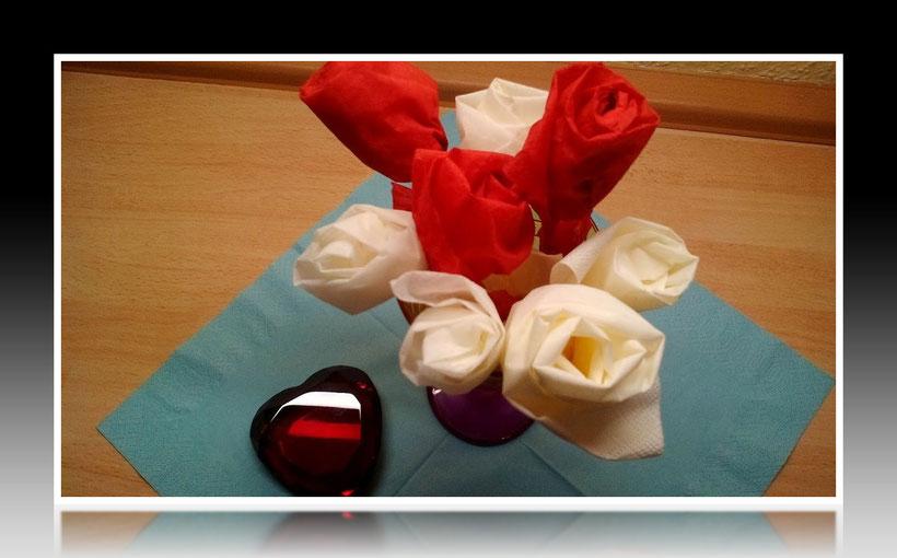 Tischdekoration Servietten falten Rose für Geburtstag und Weihnachten. Deko leicht und einfach DIY Geburtstagsdeko Servietten falten für Valentinstag. Anleitung für eine Rose als Dekoration. Tolles Motiv selber basteln.