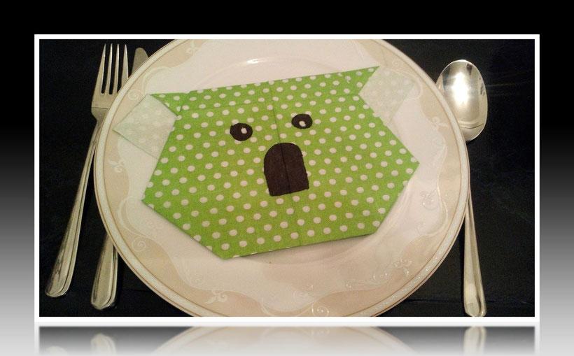 Tischdekoration Servietten falten Koalakopf für Geburtstag und Weihnachten. Deko leicht und einfach DIY Geburtstagsdeko Servietten falten für Anfänger. Anleitung für einen Koala-Kopf als Dekoration. Tolles Motiv selber basteln.