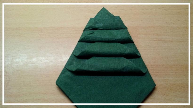 Servietten falten Weihnachtsbaum zu Weihnachten. Tischdeko selber machen.