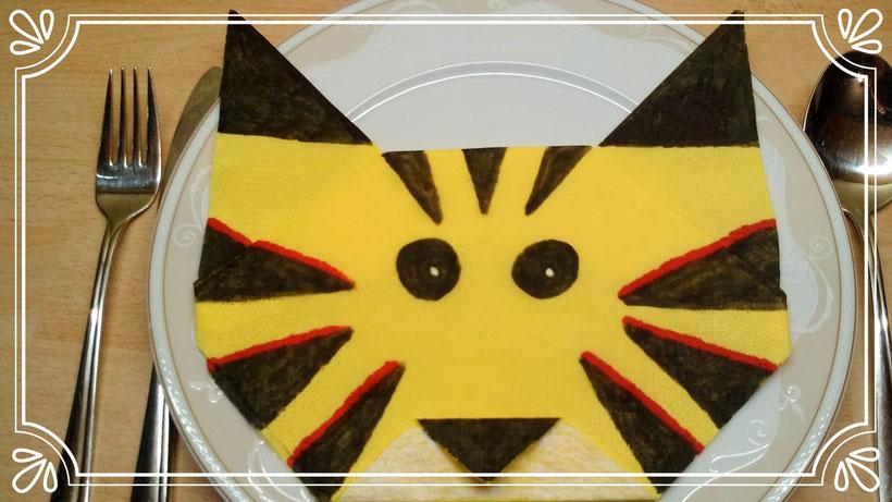 Tischdekoration Servietten falten Tigerkopf. Deko leicht und einfach DIY Tier Servietten falten für Kinder. Anleitung für Anfänger.