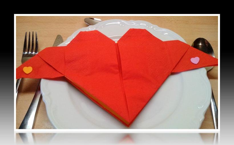 Tischdekoration Servietten falten Herz für Geburtstag und Weihnachten. Deko leicht und einfach DIY Geburtstagsdeko Servietten falten für Valentinstag. Anleitung für ein Herz als Dekoration. Tolles Motiv selber basteln.