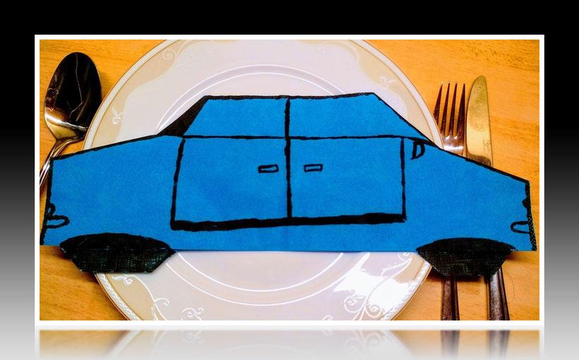 Tischdekoration Servietten falten Auto für Kindergeburtstag. Deko leicht und einfach DIY Geburtstagdeko Servietten falten für Anfänger. Anleitung für ein Auto. Tolles Motiv selber basteln.
