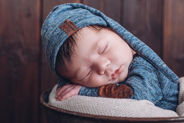 Babyfoto auf einer blauen Decke