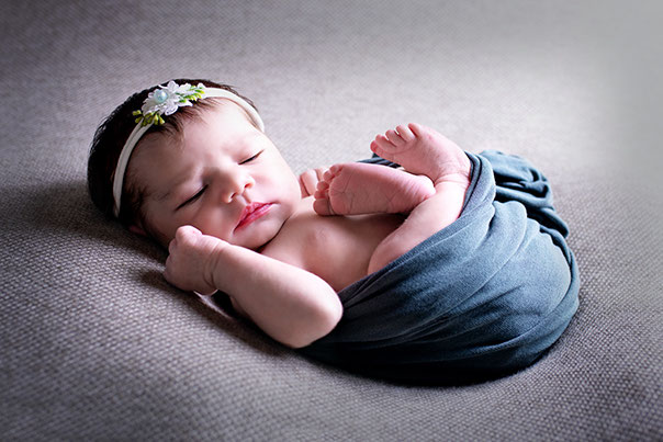 Baby hat ein Kopfband an