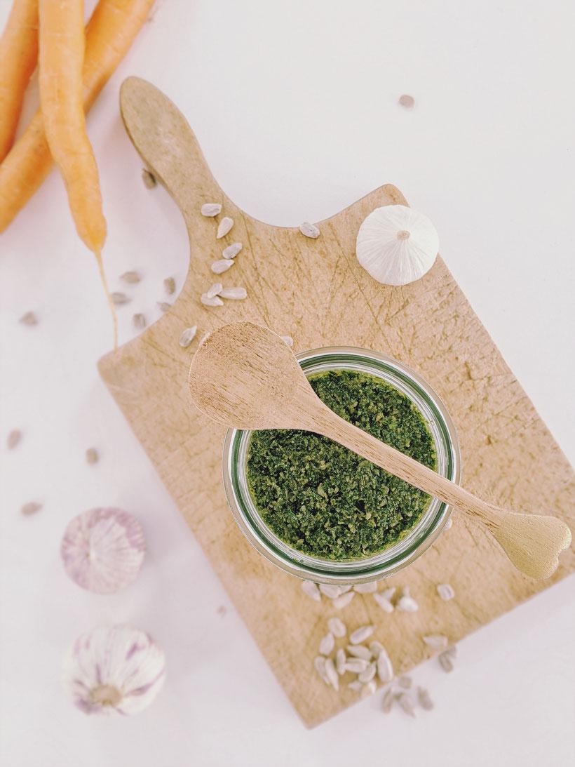 die Essklasse der alten Dorfschule - Nachhaltigkeit - Essen aus Müll - Pesto aus Karottengrün
