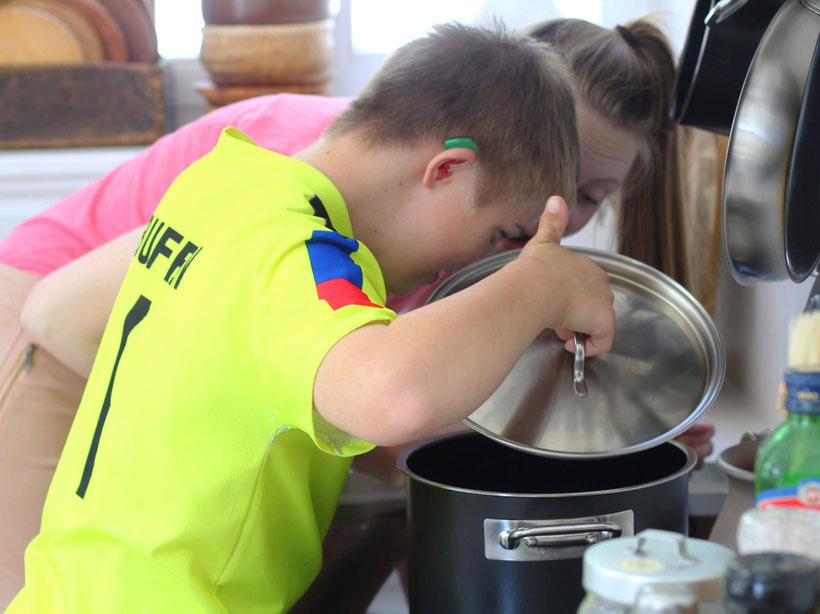 Einfach! Küche! Die Pottkieker - 2 Kinder gucken in den Topf