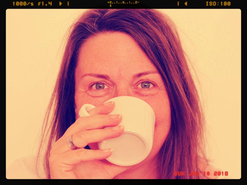 Einfach! Küche! Ich mit Kaffeetasse