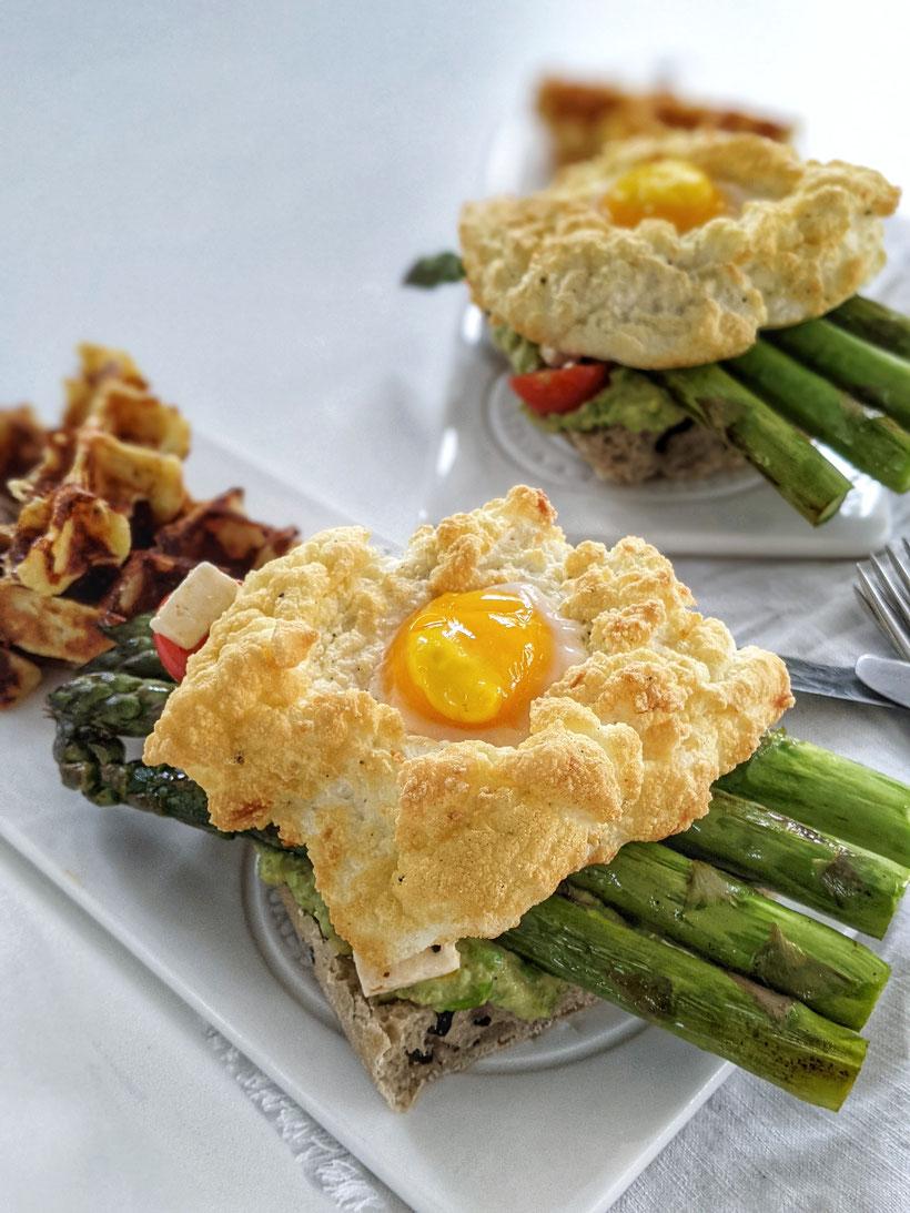 die Essklasse - Cloud Eggs auf Ciabatta mit ErbsenHummus und grünem Spargel