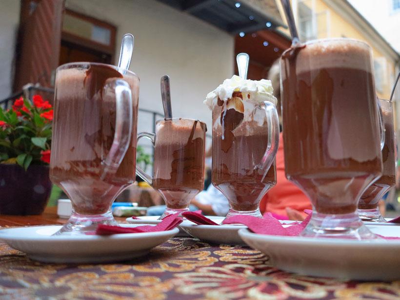 Auch die Glastürme mit heißer Schokolade und unterschiedlichen Geschmacksrichtungen (Tequila, Gorgonzola, Orange und Vanilleeis mit Sahne) bereiten Lust an einem warmen Sommerabend in der Altstadt von Tallinn (Pierre Café & Chocolaterie).