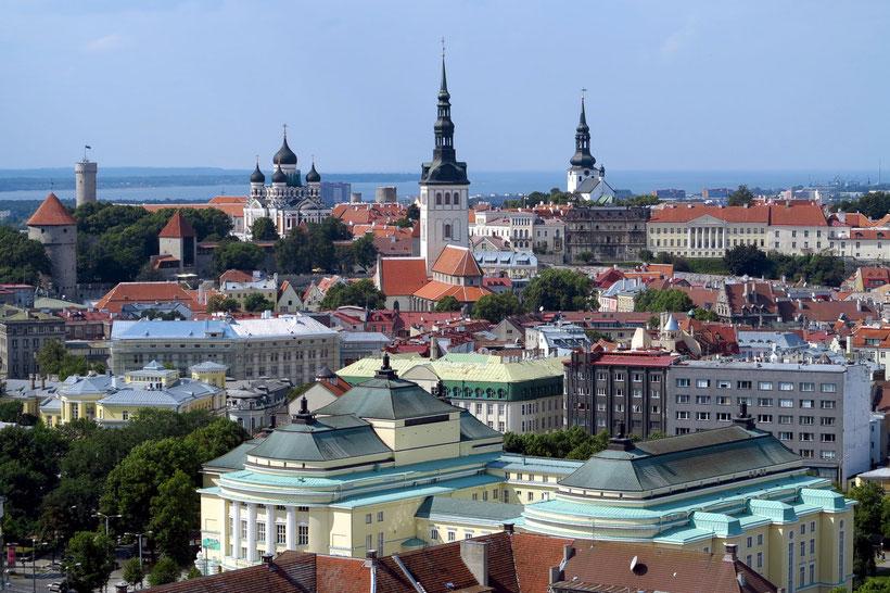 """Blick vom Hotel Radisson Blu auf die Altstadt von Tallinn. Schlossturm """"Langer Hermann"""", Alexander-Newski-Kathedrale, Nikolaikirche, Dom St. Marien (von links nach rechts)"""