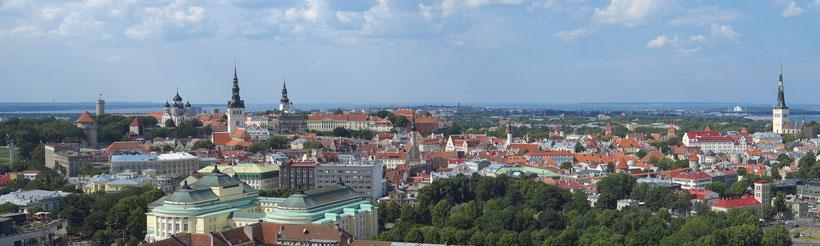 Panorama von Tallinn. Blick von der Dachterrasse des Radisson Blu Hotels auf Oberstadt (links) und Unterstadt