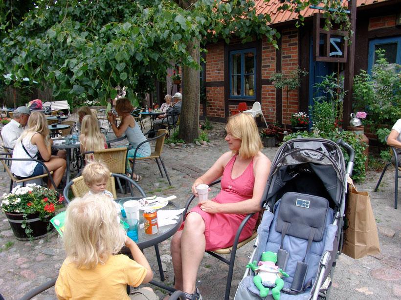 In dem lauschigen Hinterhof gibt es Kaffee und Smörgas
