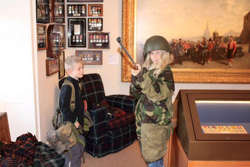 """Harte Geschütze für Kinder. Schottische Museums""""pädagogik"""" im Highlander Museum."""